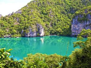 Ang-Thong-Marine-Park-emerald-lake